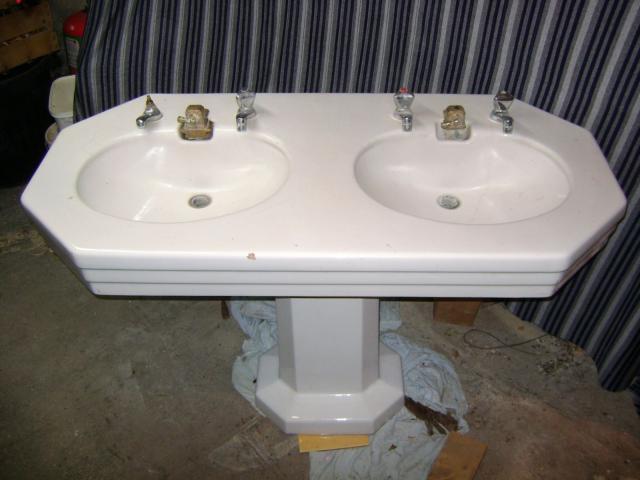 lavabo ancien en porcelaine bricolage jardinage maison saint laurent le minier 30440. Black Bedroom Furniture Sets. Home Design Ideas